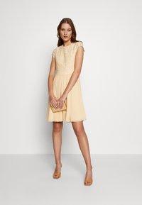 IVY & OAK - DRESS 2IN1 MINI - Sukienka koktajlowa - lemon cream - 1