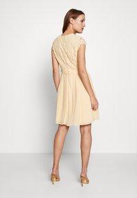 IVY & OAK - DRESS 2IN1 MINI - Sukienka koktajlowa - lemon cream - 2