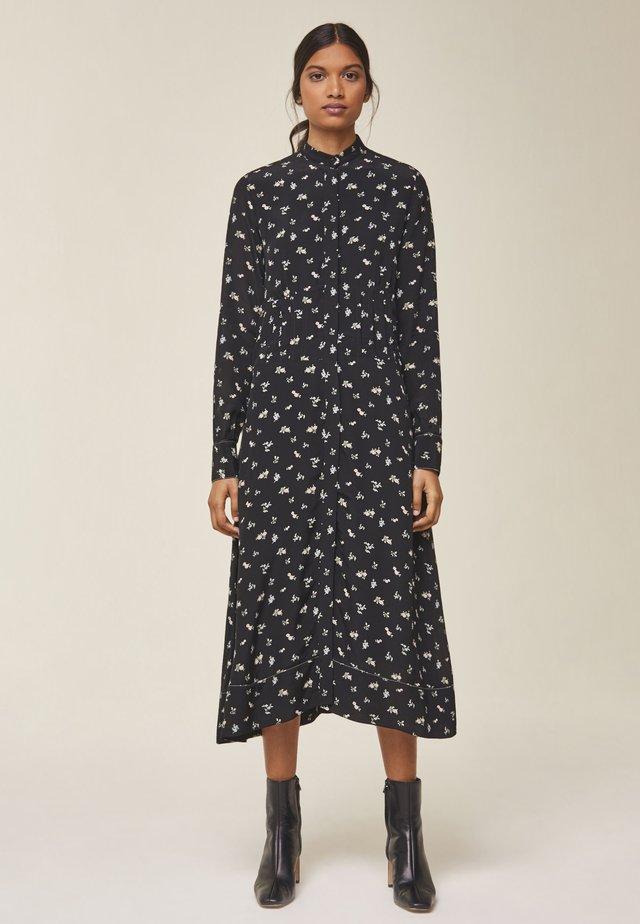 MIT RAFFUNG IN DER TAILLE - Vapaa-ajan mekko - black