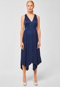 IVY & OAK - MIT RÜCKENAUSSCHNITT - Vestido informal - indigo - 1