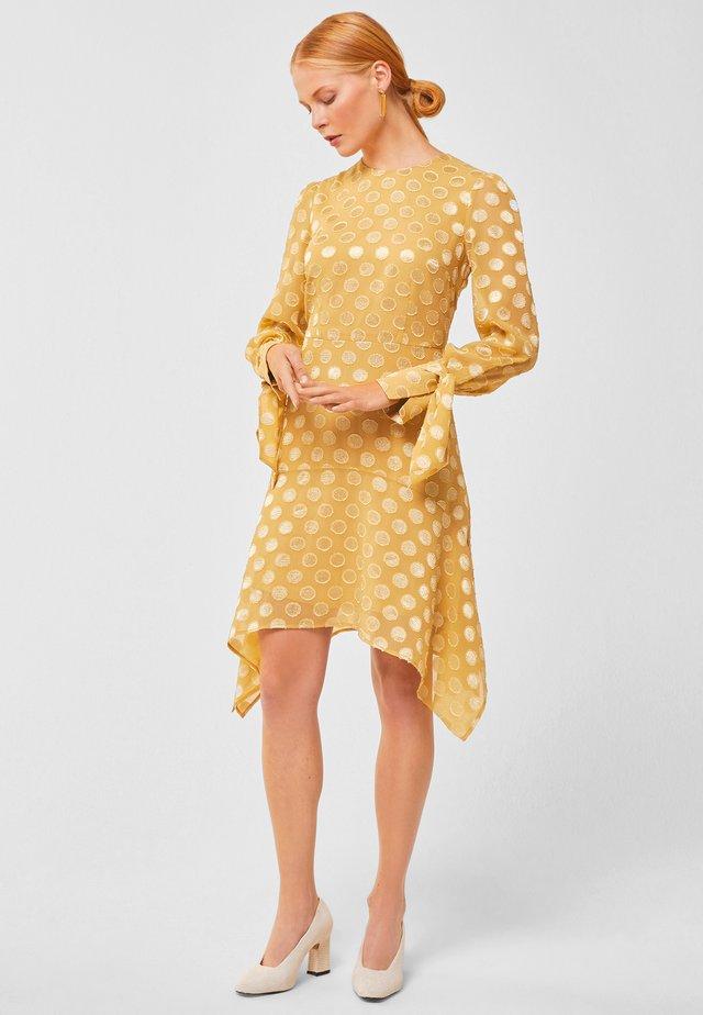 MIT PUNKTEN - Day dress - gold