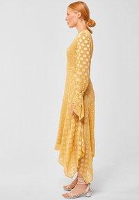 IVY & OAK - MIT PUNKTEN - Robe longue - honey - 2
