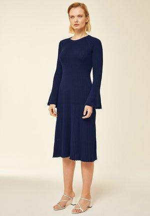 Stickad klänning - indigo
