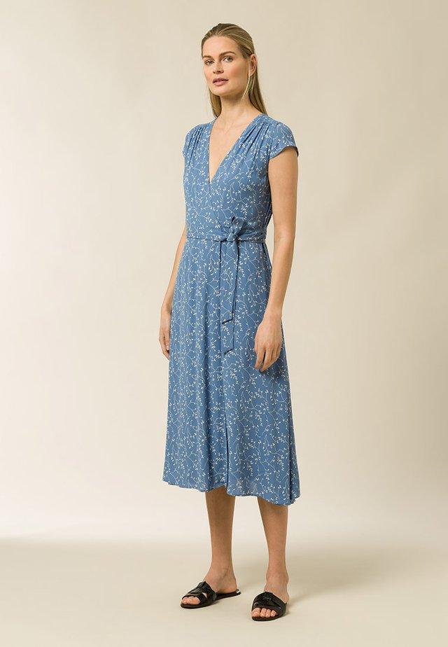 WRAP DRESS MIDI LENGTH - Sukienka letnia - aop - leaf sea blue