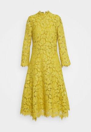 DRESS - Vestido de cóctel - mustard yellow