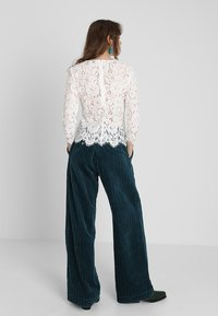 IVY & OAK - WITH SLEEVES - Pusero - white - 2