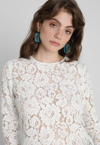 IVY & OAK - WITH SLEEVES - Pusero - white - 4