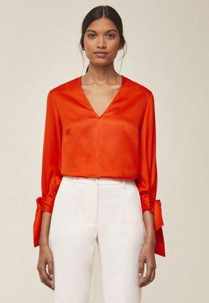 MIT SCHLEIFENDETAIL - Blouse - mandarin red