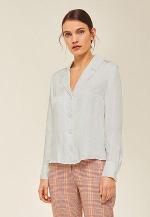 MIT SCHULTERKLAPPEN - Button-down blouse - snow white