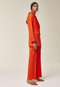 IVY & OAK - Blazer - mandarin red - 3