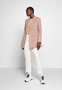 IVY & OAK - CHECK DOUBLEBREASTED - Short coat - blush - 1