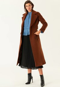 IVY & OAK - Trenchcoat - dark cognac - 1