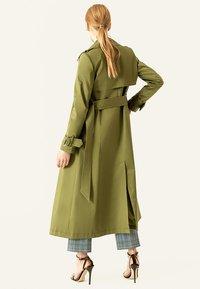 IVY & OAK - Trenchcoat - moos green - 2