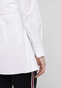 IVY & OAK Maternity - MATERNITY FLARED - Skjorta - bright white - 5