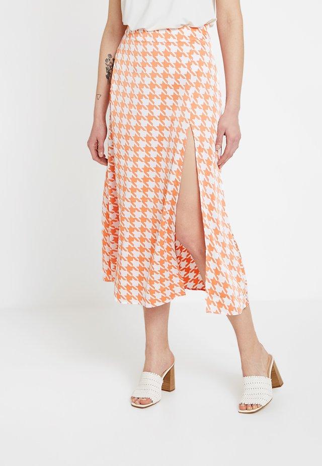 SPLIT SKIRT - Maxi sukně - orange pepita