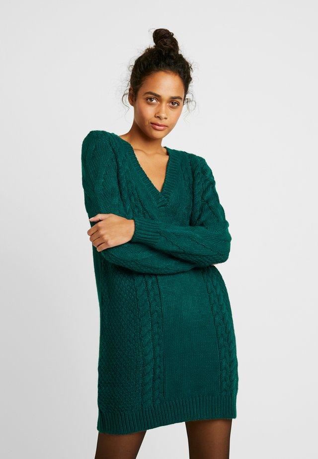 CABLE DRESS - Stickad klänning - dark green