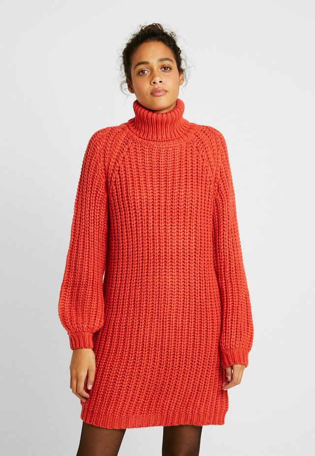 OVERSIZED DRESS - Stickad klänning - burnt red