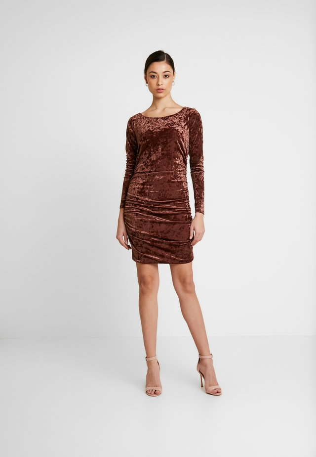 MINI DRESS - Fodralklänning - brown