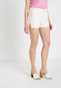Ivyrevel - RAW EDGE - Jeansshorts - white - 0