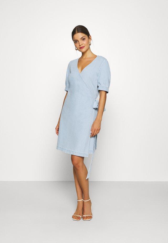 ULRIKKE WRAP DRESS MALLORCA - Dongerikjole - denim blue