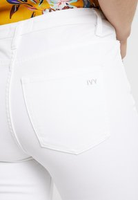 Ivy Copenhagen - FRIDA - Džíny Straight Fit - white - 5