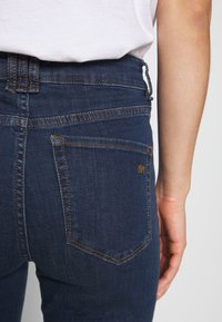 Ivy Copenhagen - TARA WASH - Flared jeans - denim blue - 4