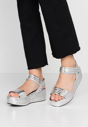 Sandály na platformě - cyber silver