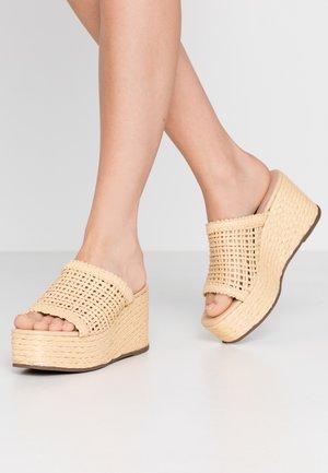 GUILT - Pantofle na podpatku - natural