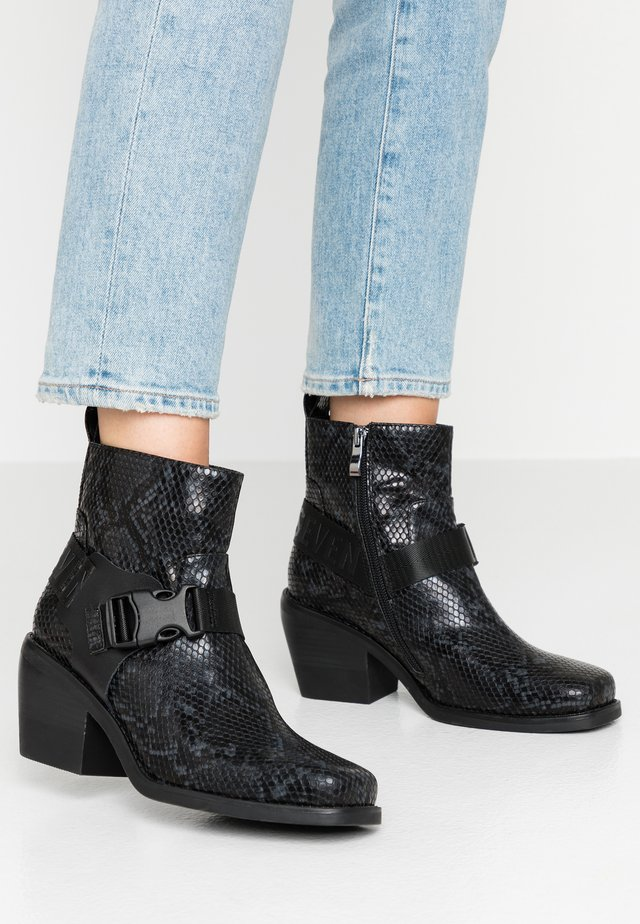 GNIALL - Cowboy/biker ankle boot - snide black