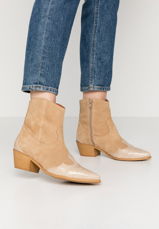 WESTED - Cowboy/biker ankle boot - sand