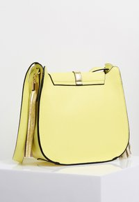 IZIA - Across body bag - lemon - 2