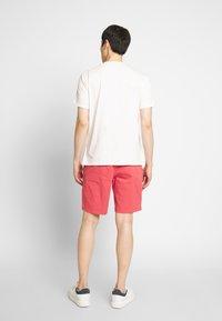 IZOD - SALTWATER - Shorts - red - 2