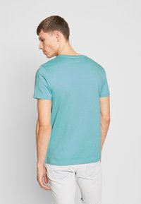 IZOD - GRAPHIC TEE - T-shirts med print - blue - 2
