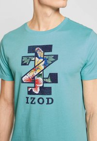 IZOD - GRAPHIC TEE - T-shirts med print - blue - 4
