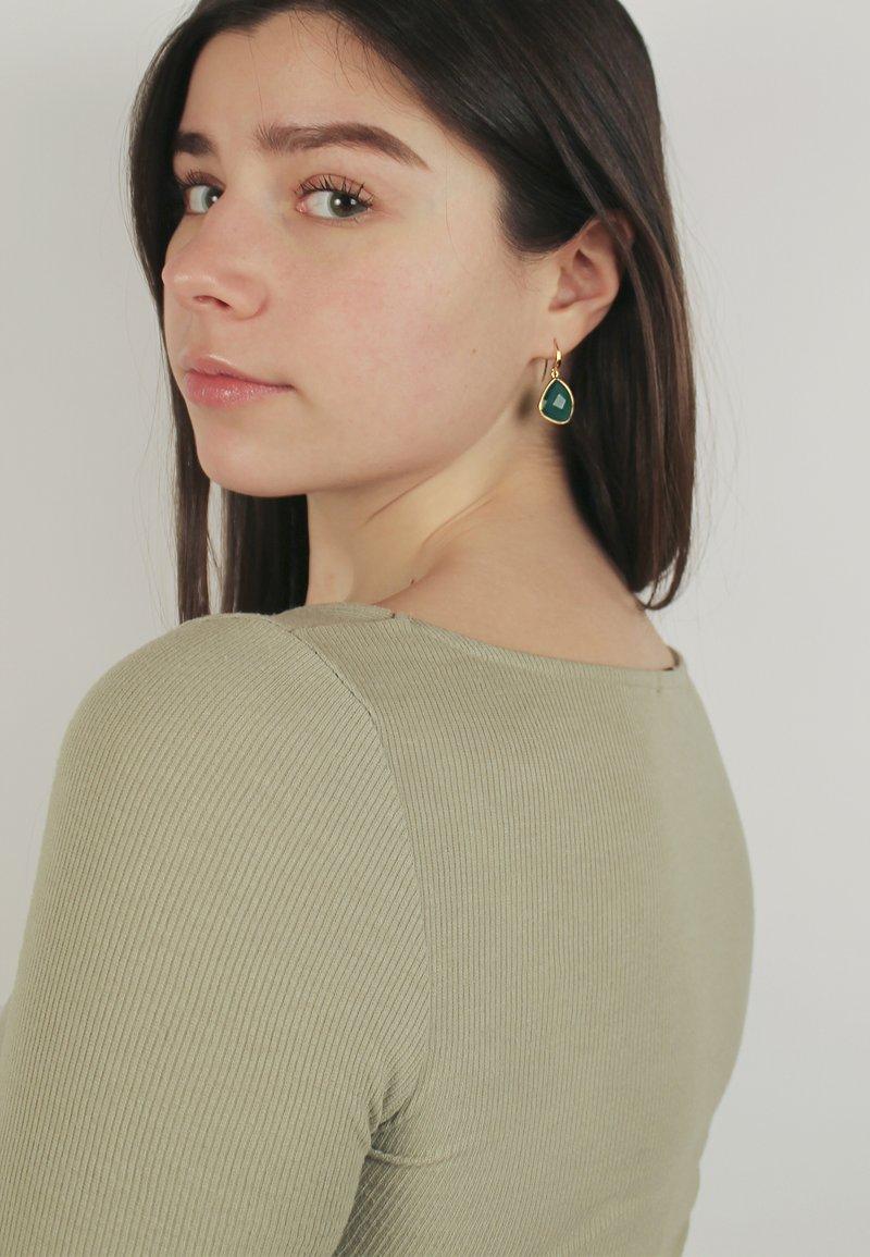 Izabel Camille - Kolczyki - gold-coloured/green