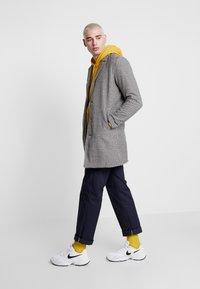 Just Junkies - REYNOLD CHECKED - Zimní kabát - sand - 1