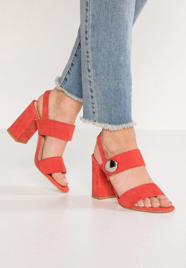 DERIKA - Korolliset sandaalit - cinamon
