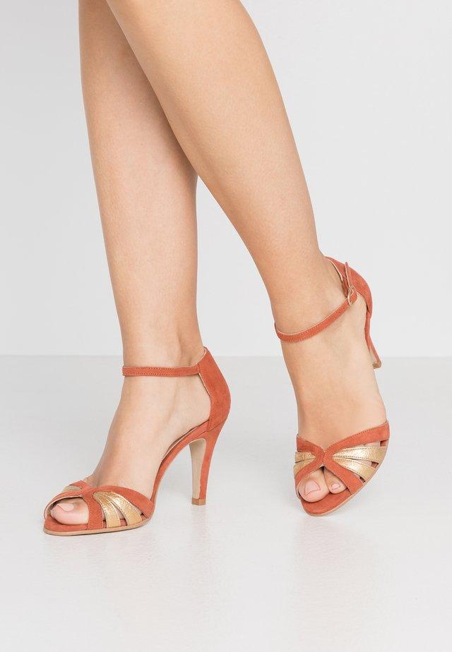 DONIT - Korolliset sandaalit - brique/or