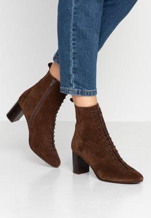DARROUSI - Šněrovací kotníkové boty - cognac
