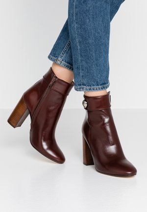 VISBONNE - High heeled ankle boots - marron