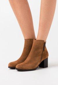 Jonak - TITOU - Boots à talons - camel - 0