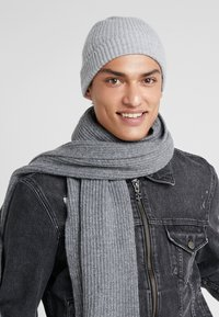Johnstons of Elgin - CASHMERE BEANIE - Huer - silver - 1