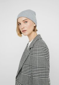 Johnstons of Elgin - CASHMERE BEANIE - Huer - silver - 3