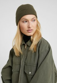 Johnstons of Elgin - CASHMERE BEANIE - Muts - dark olive - 3