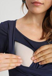 JoJo Maman Bébé - MATERNITY & NURSING WRAP DRESS - Sukienka z dżerseju - midnight blue - 4