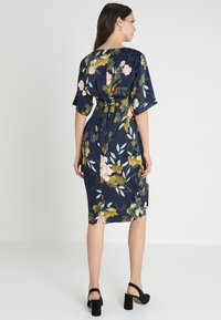 JoJo Maman Bébé - FLORAL V NECK SHORT SLEEVE DRESS - Denní šaty - navy - 2