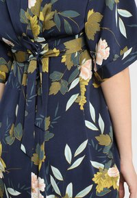 JoJo Maman Bébé - FLORAL V NECK SHORT SLEEVE DRESS - Denní šaty - navy - 5