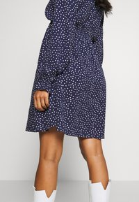 JoJo Maman Bébé - SPOT SHIRRING DRESS - Sukienka z dżerseju - navy