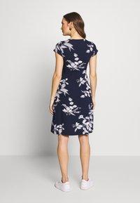 JoJo Maman Bébé - FLORAL MATERNITY NURSING TIE DRESS - Sukienka z dżerseju - navy - 2