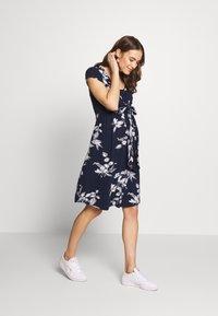 JoJo Maman Bébé - FLORAL MATERNITY NURSING TIE DRESS - Sukienka z dżerseju - navy - 1